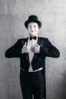 Artista de comédia masculina posando, pantomima com máscara de maquiagem branca.