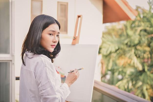 Artista de conceito linda garota. mulheres bonitas estão criando arte.