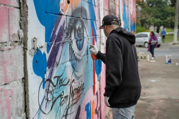 Artista de graffiti de rua com belos designs nas paredes da cidade