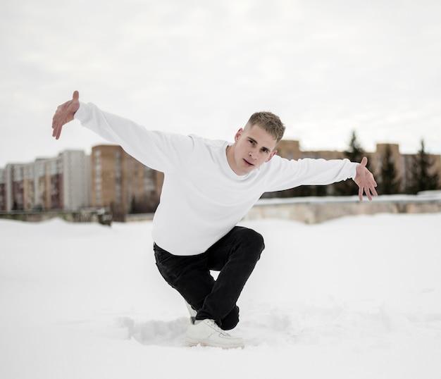 Artista de hip hop na neve lá fora