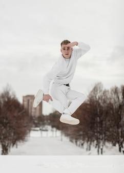 Artista de hip hop posando enquanto dança fora