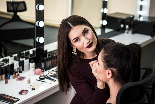 Artista de maquiagem bonito close-up