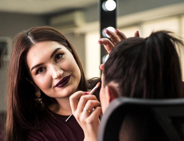 Artista de maquiagem linda de perto