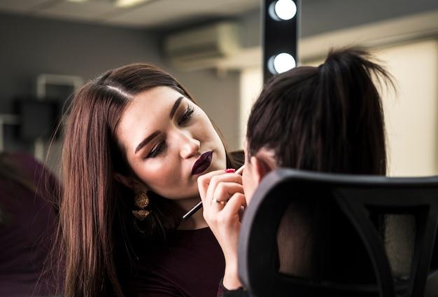 Artista de maquiagem profissional trabalhando