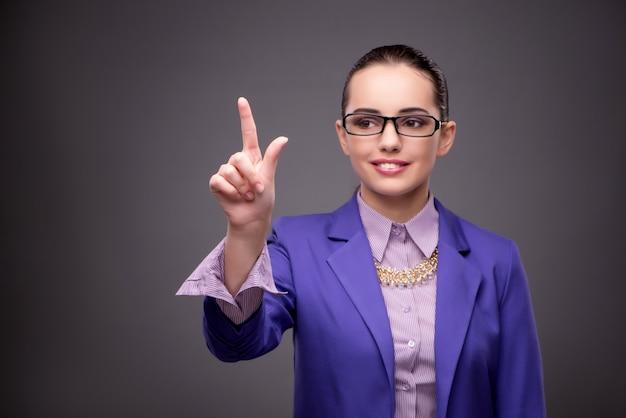 Artista de negócios, mulher pressionando botões virtuais