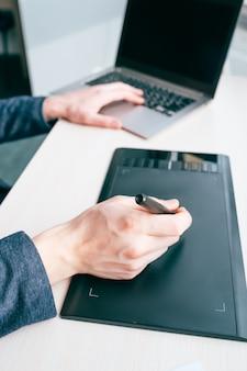 Artista de retoque. visão criativa da correção do equilíbrio de cores. edição de fotos. tablet gráfico. tecnologia moderna