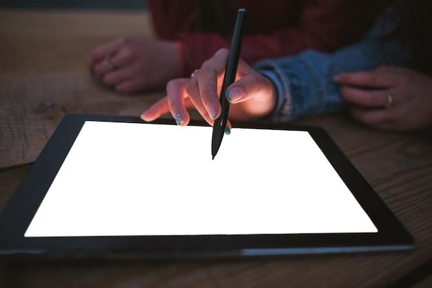Artista desenha em uma mesa gráfica vazia, closeup. freelancers ou estudantes de arte desenham fotos digitais, procuram inspiração, descansam à noite na empresa