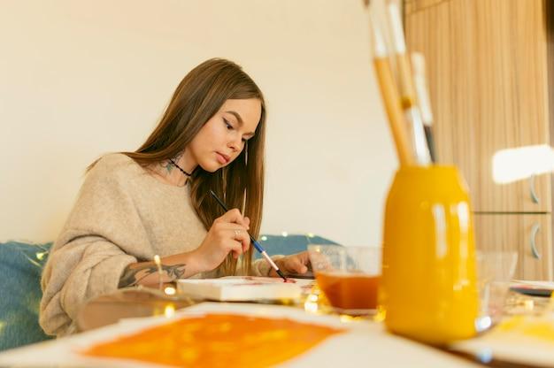 Artista em sua área de trabalho, pintando