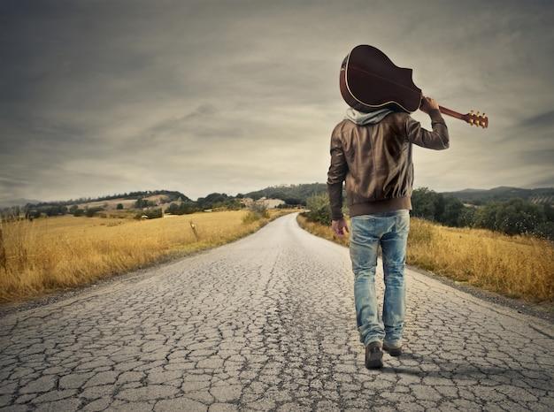 Artista em uma estrada solitária
