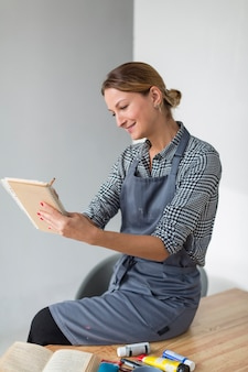 Artista escrevendo no caderno