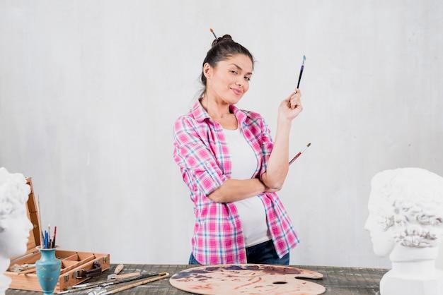 Artista feminina com expressão desafiadora