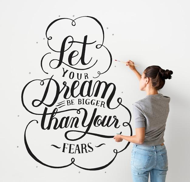 Artista feminina, escrevendo uma citação de motivação de vida na parede