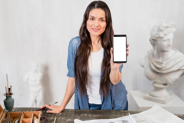 Artista feminina mostrando modelo de smartphone