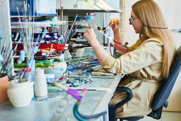 Artista feminina no lampwork studio