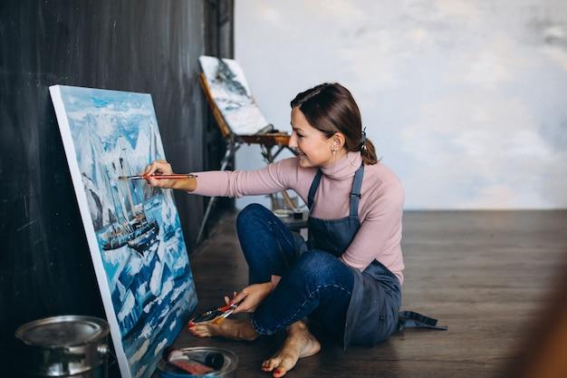 Artista feminina, pintura em estúdio