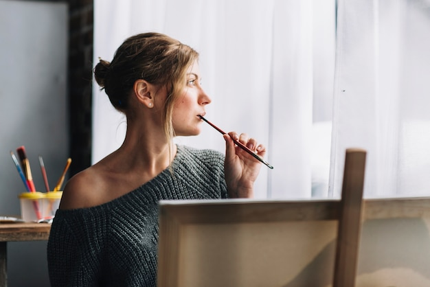 Artista feminino pensando