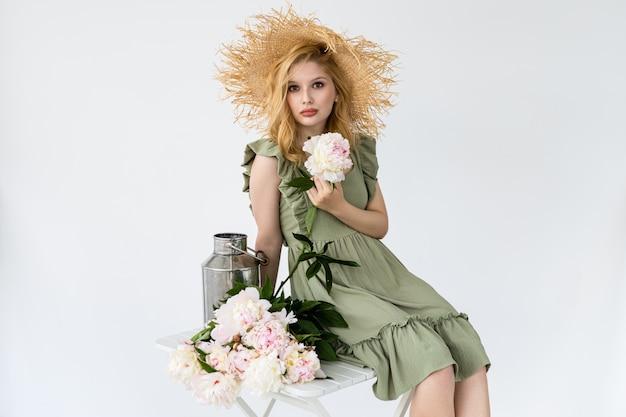 Artista floral profissional, florista fazendo um lindo buquê de peônia fresco