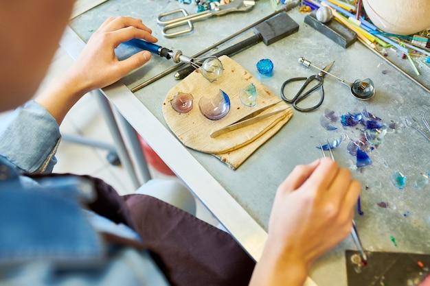 Artista irreconhecível, fazendo bolas de vidro
