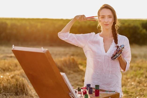 Artista jovem orgulhoso na natureza