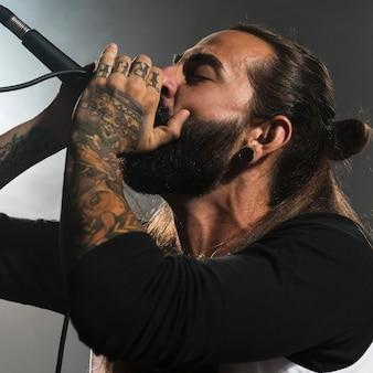 Artista lateral cantando no palco