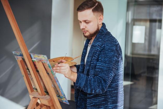 Artista masculino na galeria
