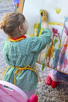 Artista menina crianças pintando imagens abstratas