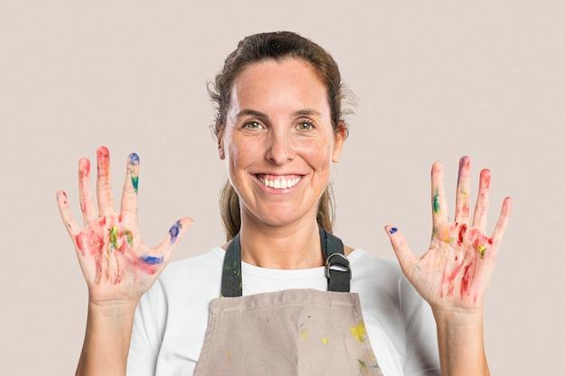 Artista mostrando suas mãos pintadas e bagunçadas