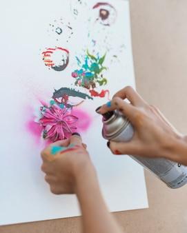 Artista pintando com frasco de spray