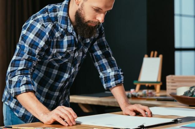 Artista pintando em seu estúdio de trabalho