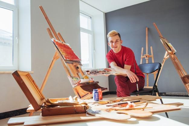 Artista pintando uma imagem em um estúdio