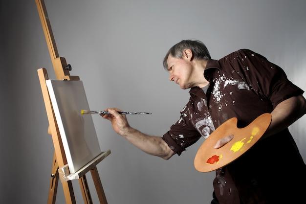 Artista pintor no trabalho