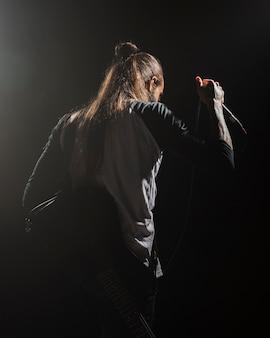 Artista segurando um microfone no palco