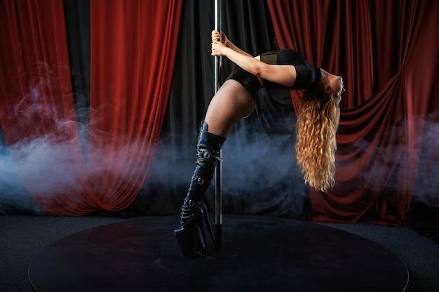 Artista sexy no palco, pole dance, striptease. mulher atraente stripper, dança erótica, performance poledance, dançarina no clube