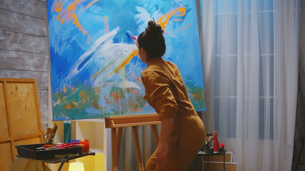 Artista talentosa criando pinturas modernas.