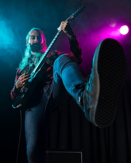 Artista tocando violão com visão baixa