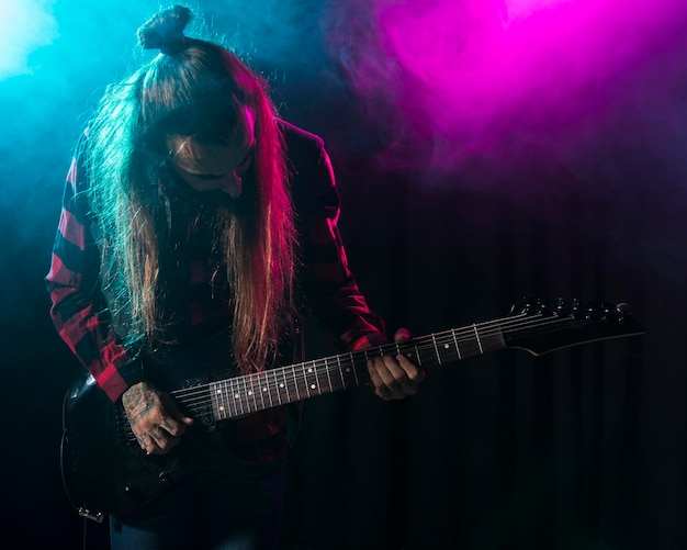 Artista tocando violão e fazendo uma reverência