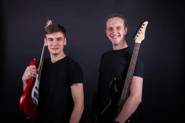 Artistas de banda de rock sorrindo