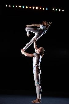 Artistas de circo executam truques diferentes.