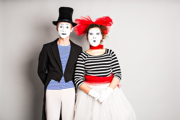 Artistas de rua se apresentando, dois mímicos, homem e mulher, no dia da mentira.