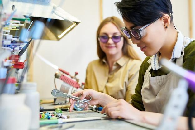 Artistas femininas trabalhando no estúdio de vidro