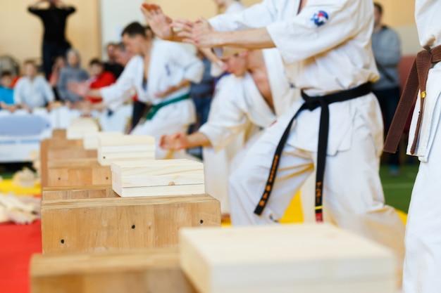 Artistas marciais quebram as tábuas de madeira