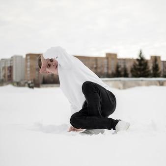 Artistas masculinos de hip-hop dançando na neve