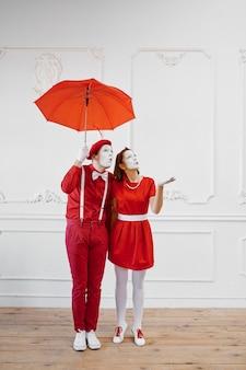 Artistas mímicos, cena com guarda-chuva em tempo chuvoso