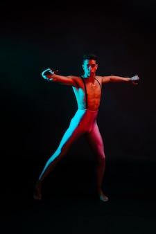 Artístico masculino em collants dançando
