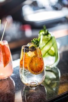 Árvore colorida gin tônica coquetéis em copos no balcão do bar no cachorrinho ou restaurante.