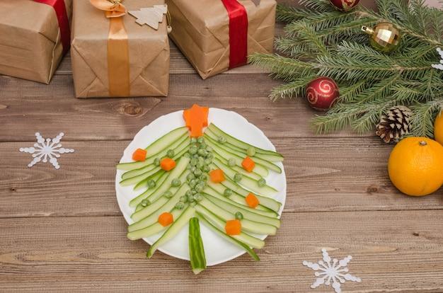 Árvore comestível feita de vegetais para a mesa de natal e reveillon, a ideia de uma linda mesa posta