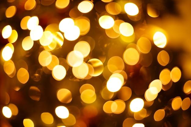 Árvore de ano novo em close-up desfocado com luzes de bokeh