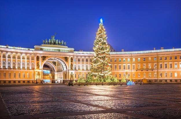 Árvore de ano novo na praça do palácio e no arco do edifício do estado-maior em são petersburgo