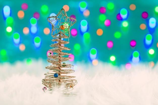 Árvore de arame de natal na pele branca e luzes