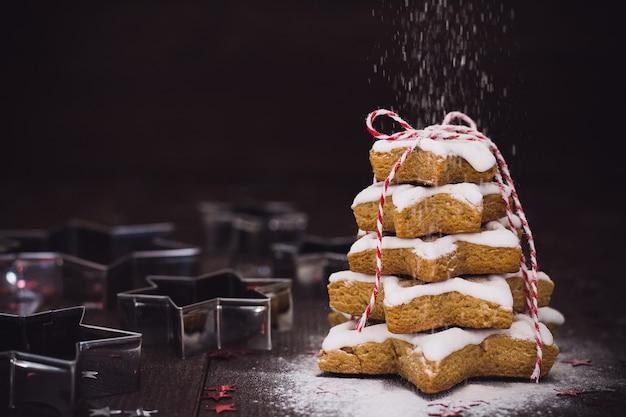 Árvore de biscoito de natal feita com pastrty de ano novo de gengibre de cortador de biscoito de estrela